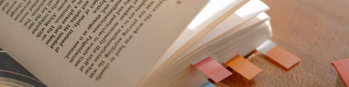Buch mit Markierungen
